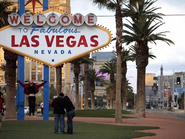 Foto turística no letreiro de Vegas
